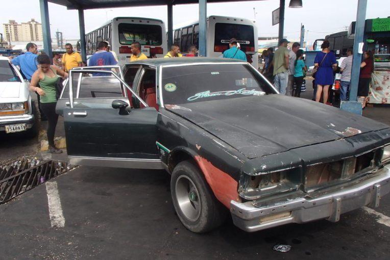 Táxi que cruza a fronteira de Paraguachón