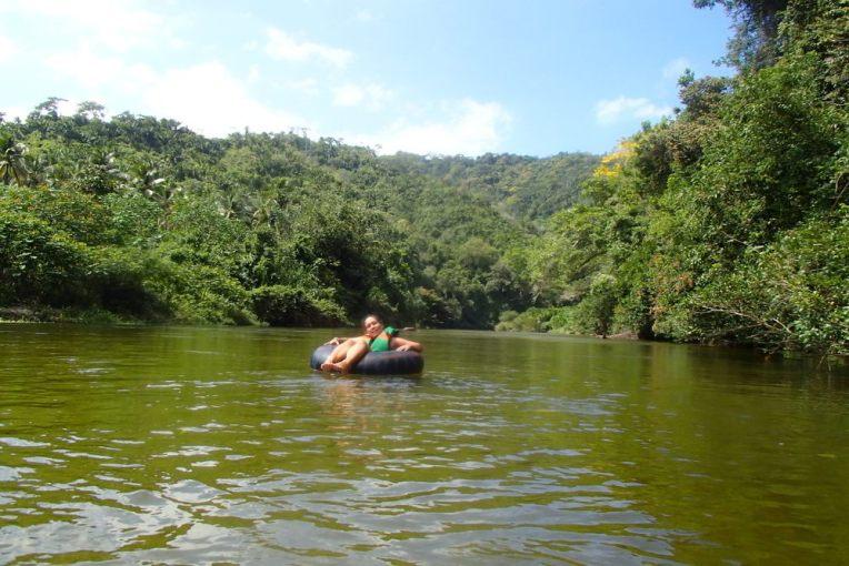 Descendo o rio de Palomino em boia