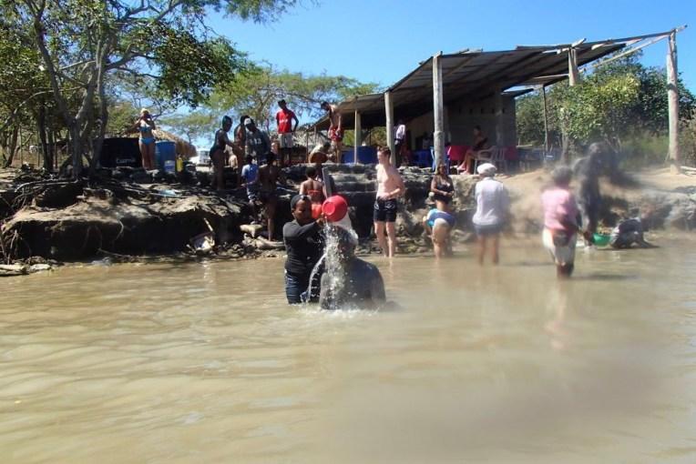 Limpando a lama do El Totumo