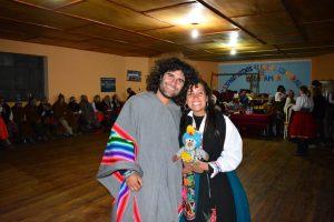 Com roupas típicas para uma festa no Titicaca