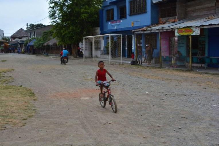Menino andando de bicicleta pelas ruas de Capurganá