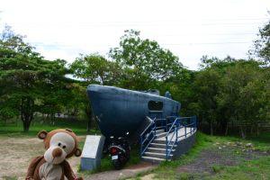 Mucuvinha em frente ao submarino capturado por Honduras em Tegucigalpa
