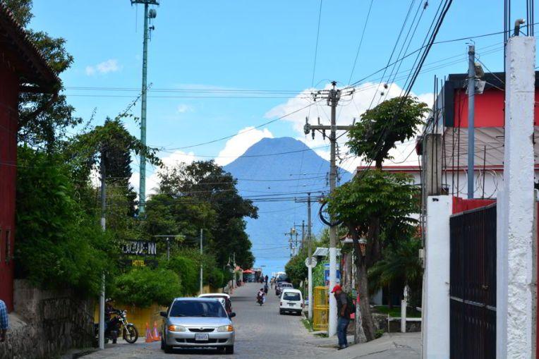 Panajachel, com o vulcão San Pedro ao fundo