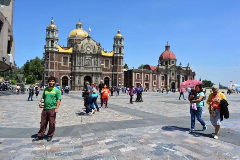 Em frente à antiga Basílica de Guadalupe