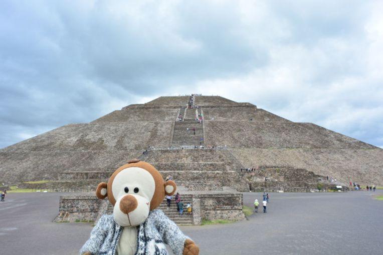 Mucuvinha em frente à Pirâmide do Sol, em Teotihuacán