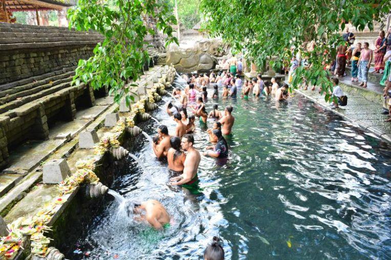 Banho sagrado no Tirta Empul