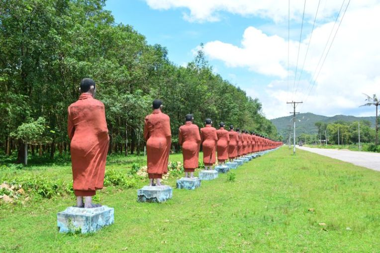 Monges em Win Sein Taw Ya