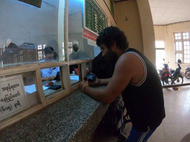 Comprando passagem de trem no Myanmar