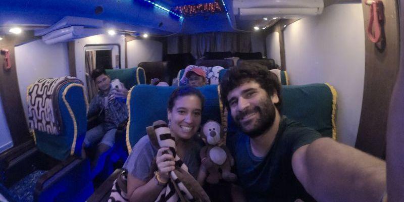 Viajando em ônibus leito pelo Mianmar