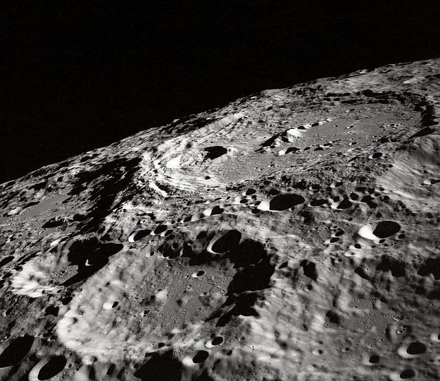 A superfície lunar é escura