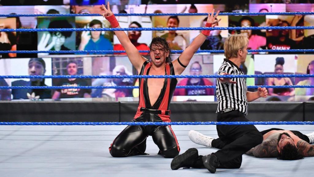 Nakamura celebra su victoria en SmackDown