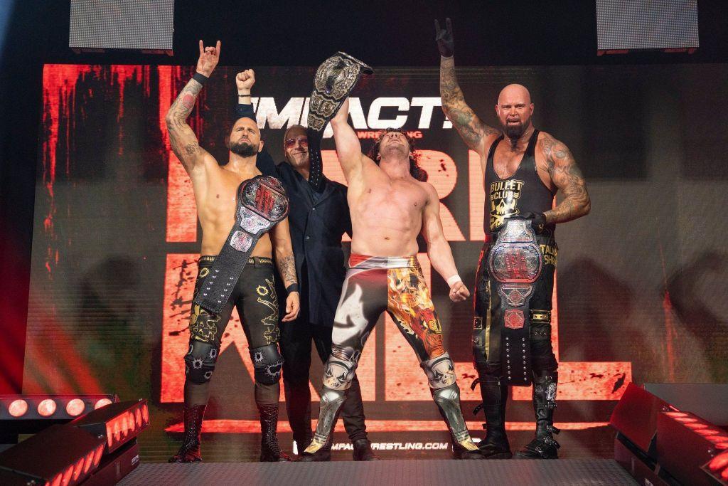 Kenny Omega celebrando junto a Anderson y Gallows