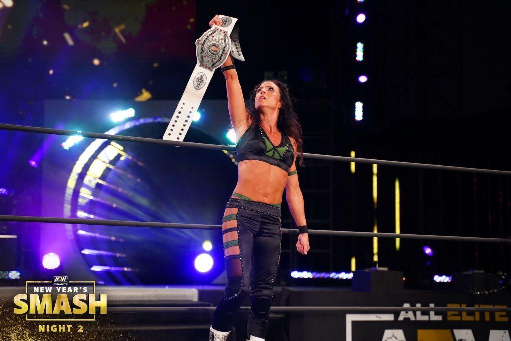 Serena Deeb posa con el título de NWA.