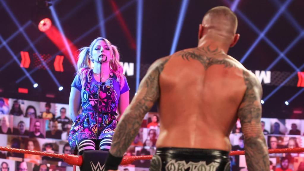 Alexa Bliss distrayendo a Randy Orton