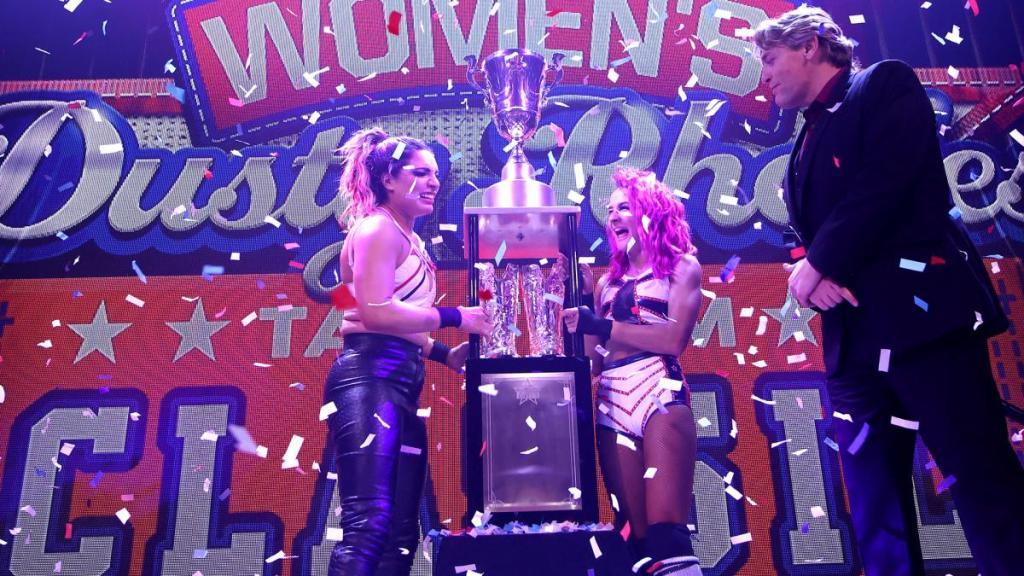 Raquel y Dakota con el trofeo