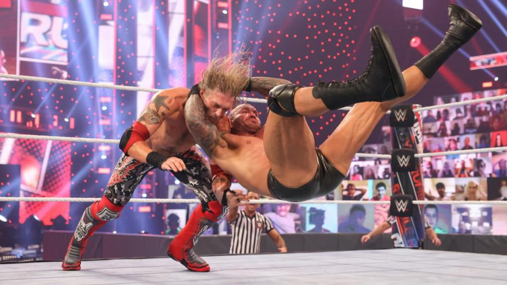 Orton aplicando un RKO a Edge