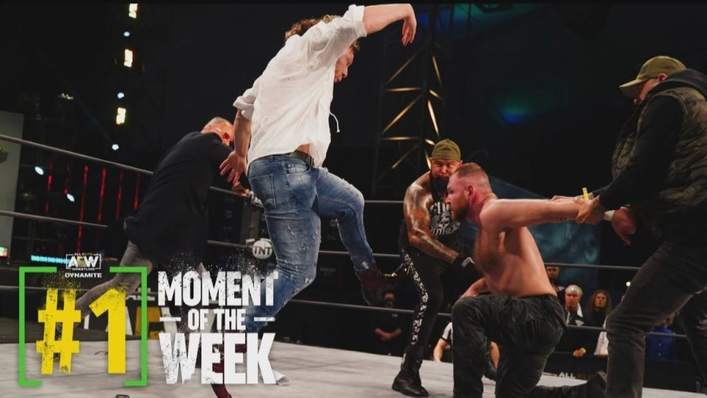 Kenny Omega ataca a Moxley