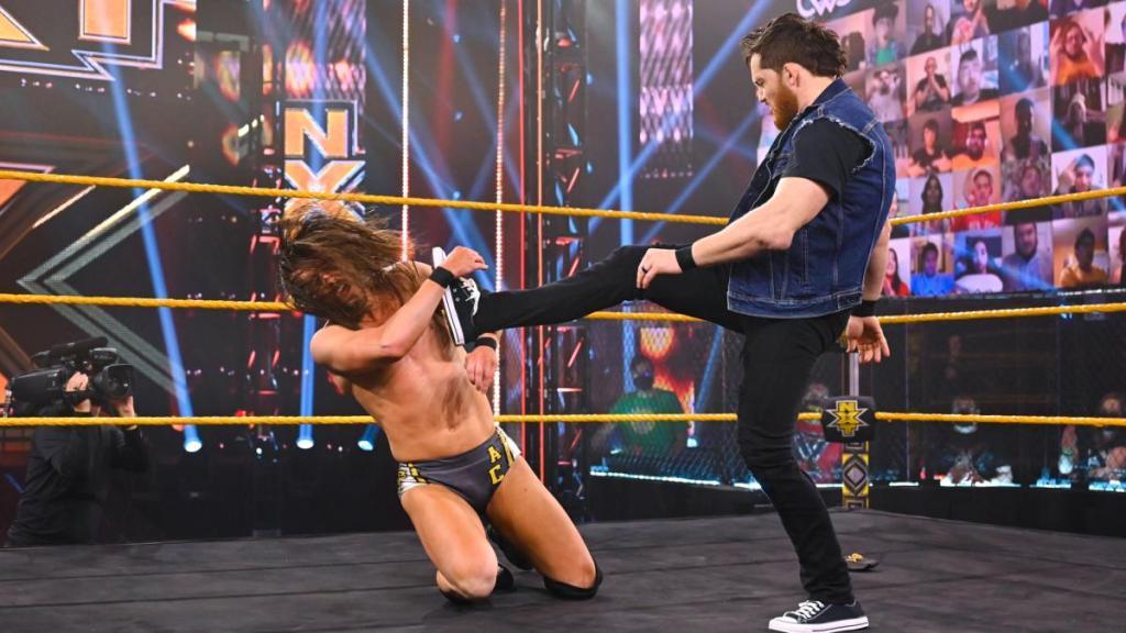 Kyle O'Reilly golpea a Adam Cole