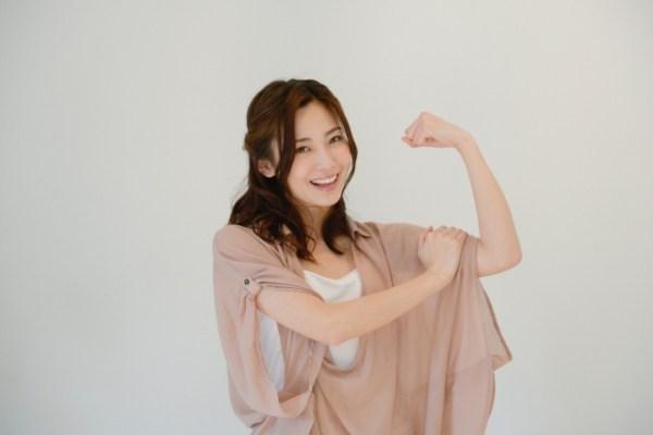 女・ガッツポーズ