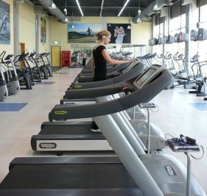 many-treadmills-and-bikes-in-gym.jpg