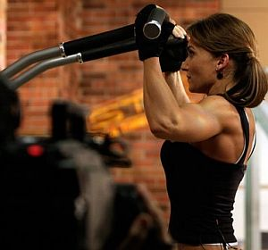 fit-lady-lifting-weight-in-gym.jpg