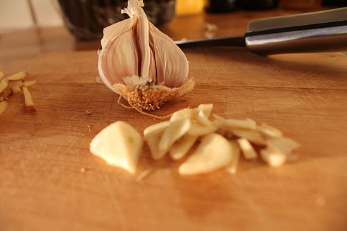 Garlic-on-Chopping-Board.jpg