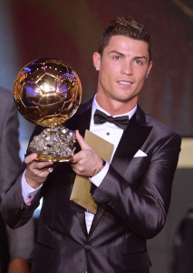 Cristiano Ronaldo poses with the trophy after being awarded the FIFA Men's World Player of the Year during the FIFA Ballon d'Or Gala 2013 held at the Kongresshaus in Zurich, Switzerland, 13 January 2014. -- photo: dpa