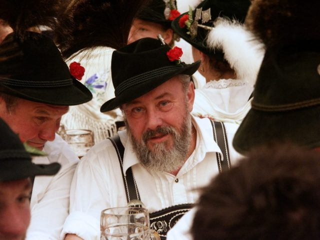 though there are many tourists, the festival is very popular with locals too! .. munichFOTO