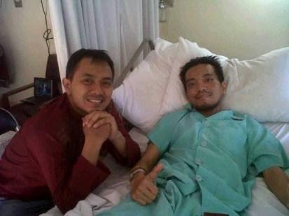 Gambar ketika Eggie Edcoustic menziarahi Aden di Rumah Sakit Advert, Bandung. Sumber: Edcoustic.