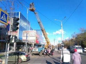 Начали приводить в порядок освещение на главной магистрали города