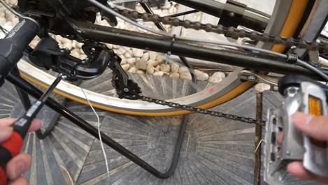 外装変速機を調整する様子/クロスバイクやミニベロやママチャリの6段変速を調整整備