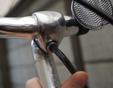 ハンドルはネジ1本開け締めするだけで簡単に動くので調整は楽/自転車の整備(セルフメンテナンス)