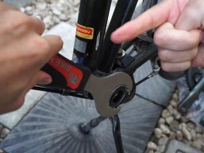 (正ネジなので反時計回しで開ける)ホローテックBBの左ワンを工具で開ける