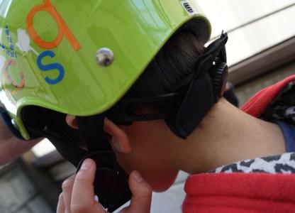 4歳児未満の子にヘルメットを付ける(前乗りチャイルドシートは4歳児まで)