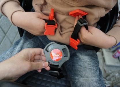 子供前乗せのベルトを締める