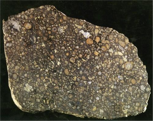 Figura 2. Sección de un condrito donde se observan en su interior numerosos cóndrulos. Esta sección tiene aproximadamente unos 10 centímetros de lado. NASA.