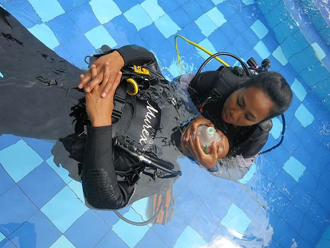 Murex-Rescue-Diver-Course-Pool
