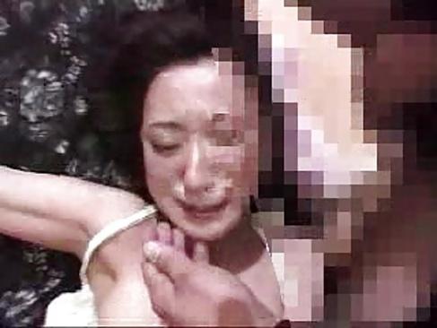 乱暴に旦那の前でレイプされる美人奥様がビンタやスパンキングにイラマチオで号泣してる無理矢理犯している動画 本物無料