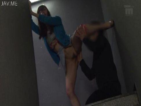 泥酔した美巨乳お姉さんが非常階段でおまんこを弄られて潮吹きしてる無理矢理犯している動画無料