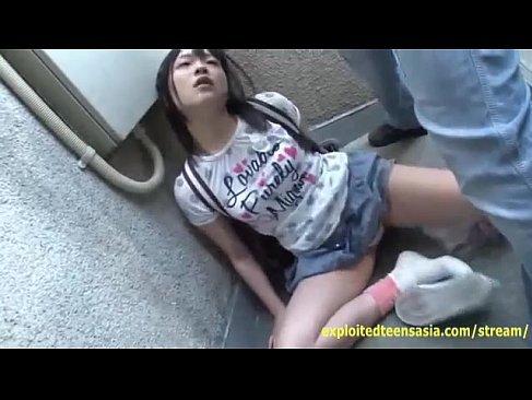 薬で意識朦朧になった黒髪美少女がおまんこに中出しされるれイプ 動画 38.5度無料
