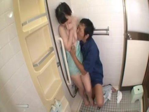 家事中の美人妻が業者にいきなりおまんこを突かれ喘いでしまうれイプ 動画 38.5度無料