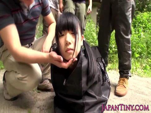 バッグに入れられ山の中に拉致された美少女が輪姦されるれイプ 動画 38.5度