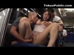 豪雨でびしょ濡れの美巨乳OLがバスで変態男達に襲われるれイプ 動画 38.5度無料