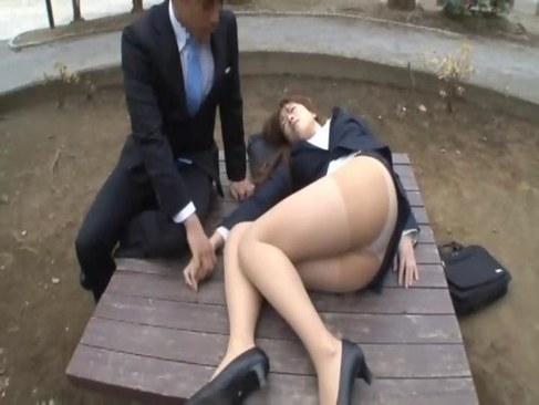 睡眠薬で昏睡させられた美人OLが同僚に凌辱されおまんこに中出しされるれイプ 動画 38.5度 動画