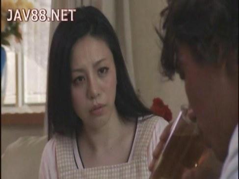 黒髪美人妻が夫の友人に押し倒されおまんこを突かれるれイプ 動画 38.5度無料
