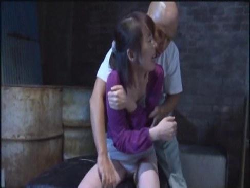 地下室に監禁されおまんこを延々と犯される美人お姉さんのれイプ 動画 38.5度無料