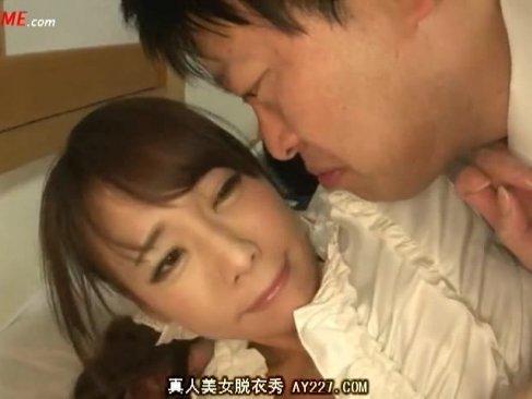 寝ている旦那の横で犯される美乳美人妻!顔面を舐められて悶絶!助けを求めるが泥酔して気が付かない無理矢理レイプ動画