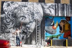 Matt C Ellis pintando el mural de Jeffrey
