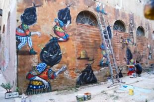 Skount frente a su mural en La Escocesa