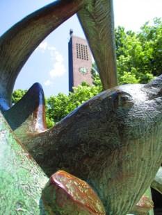 Der Kirchturm durch die Delphin Formation